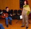 Поет Ольга Фильченкова под гитару Саши Молчина